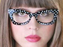fekete-fehér, szögletes, pöttyös szemüveg