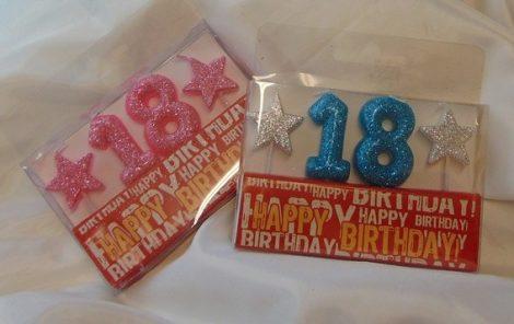 évszámos, csillámos születésnapi gyertya 18. kék színben